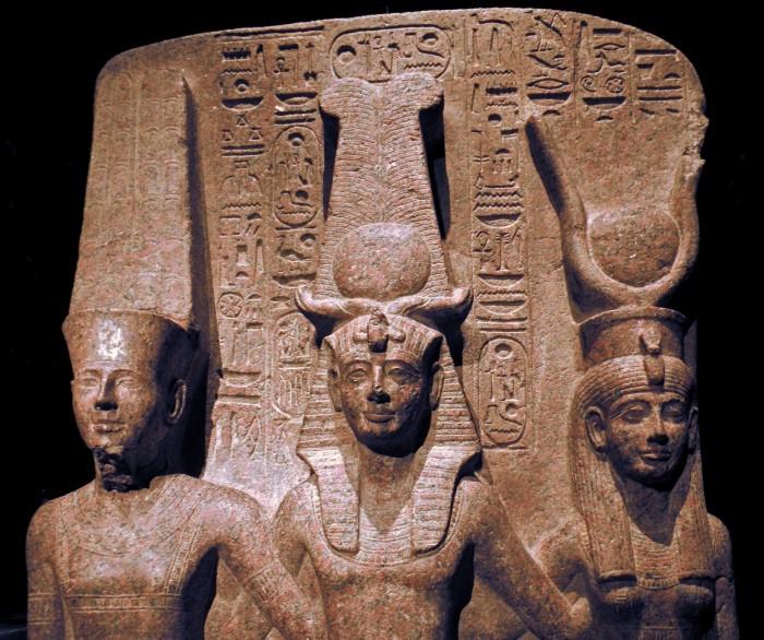 Une triade de divinités égyptiennes