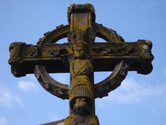 Le cercle consolide les branches de la croix