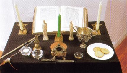 L'autel doit être assez spacieux pour y déposer tous les outils de la Magie