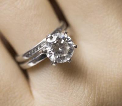 Un anneau avec un diamant même petit est suffisant pour « charger » l'eau