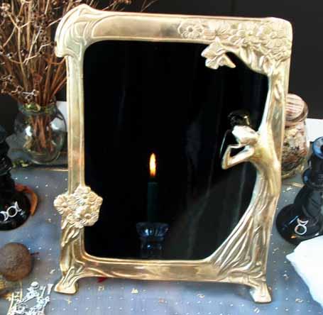 Un miroir devient magique après votre rituel