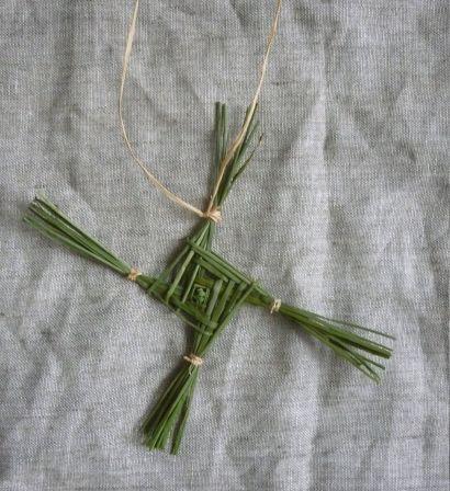 La croix de Birgit peut être tressée en paille ou avec des plantes
