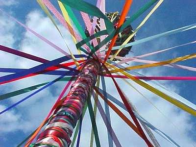 Les mâts de mai sont un des rites hériter de la tradition de Beltane