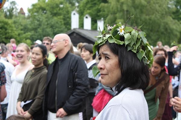 Placer une couronne de feuilles sur la tête est une tradition de Mid-summer