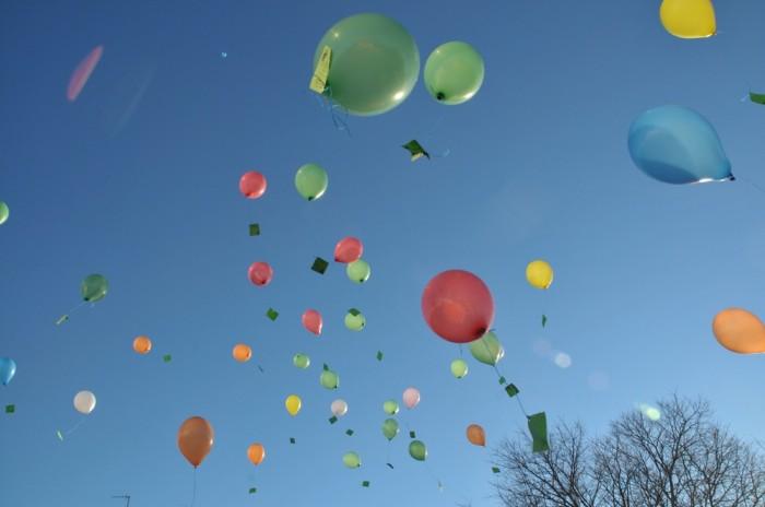 Le ballon emporte les vœux et libère le sortilège