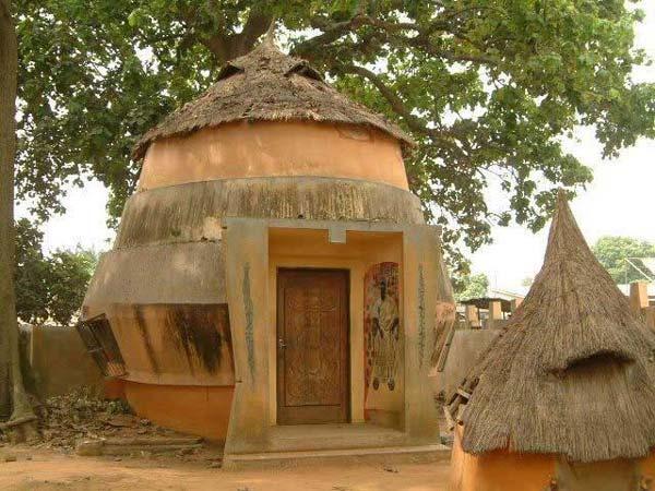 Le temple vaudou africain est une simple hutte interdite
