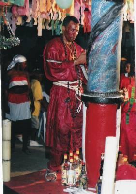 Le poteau-mitan est l'axe central de la cérémonie