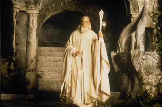 La longue barbe blanche, la tonsure du front et la tunique blanche, était les attributs du druide
