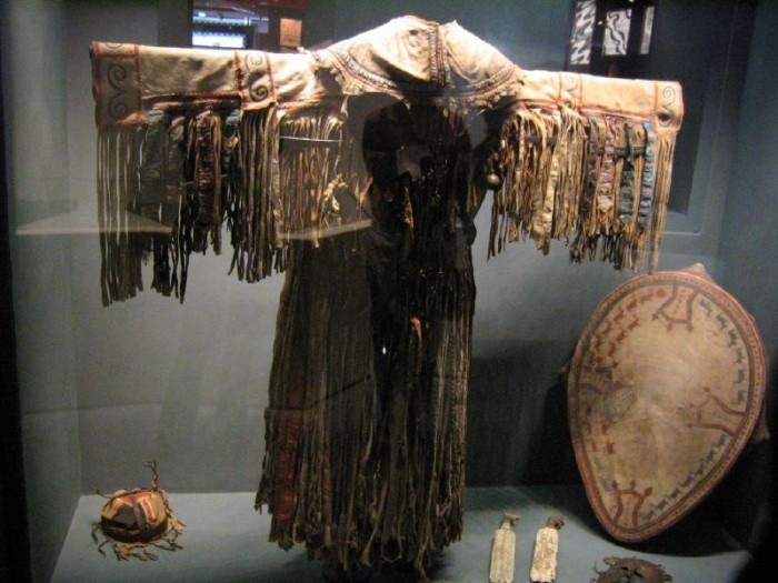 Le costume et le tambour sont les symboles du pouvoir du chamane