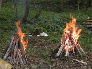 Traditionnellement on allumait deux feux entre lesquels on faisait passer les couples