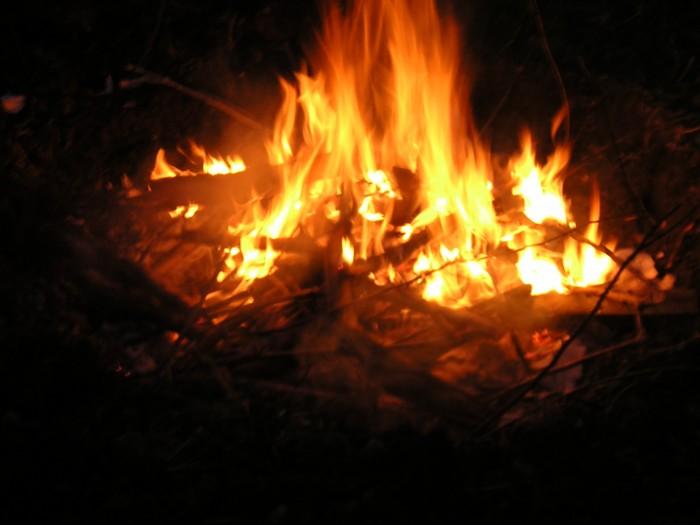 Le feu réchauffe et brûle à la fois