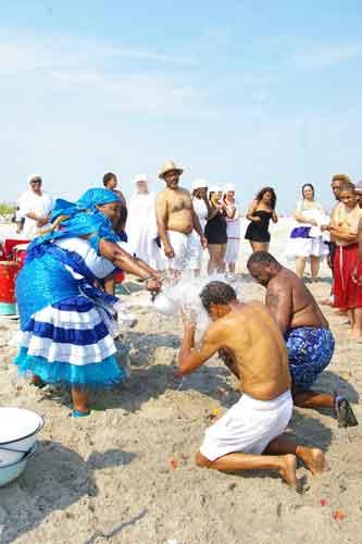 La cérémonie d'Agwé se déroule sur la plage en Haïti