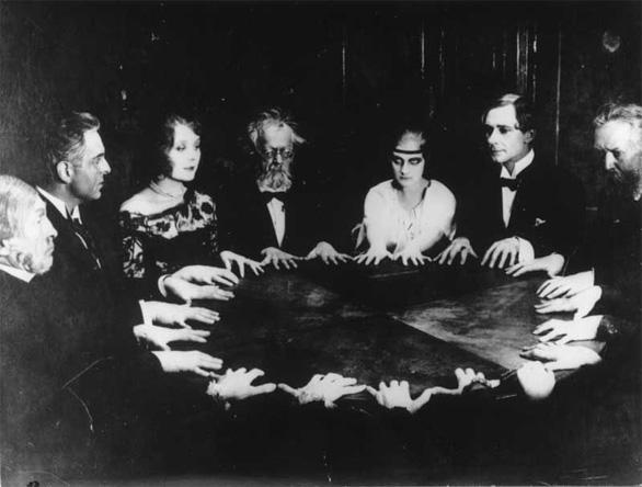 Les réunions spirites peuvent être frivole jusqu'à très sérieuses